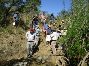 MIKE TUCKER (IN BLUE CHECKED SHIRT) TALKS TO MEMBERS OF THE HSZ  AT THE CHIMBO RIVER (THE END OF THE HUNTERS ROAD) (Photo by Charles Castelin at the HSZ Outing to Hartley Hills, 28 May 2017)